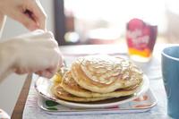 ホットケーキを食べる人 10770000674  写真素材・ストックフォト・画像・イラスト素材 アマナイメージズ