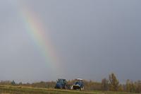 トラクターと虹 10770000688| 写真素材・ストックフォト・画像・イラスト素材|アマナイメージズ