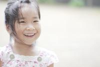 斜め上を見て微笑む少女