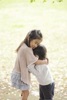 木陰で抱き合う姉妹