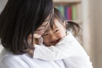 母親に抱きつく子供