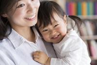 母親に抱かれる子供 10778000294| 写真素材・ストックフォト・画像・イラスト素材|アマナイメージズ