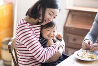 おやつを食べるファミリー 10778000341| 写真素材・ストックフォト・画像・イラスト素材|アマナイメージズ