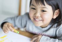 お絵描きをする女の子 10778000473| 写真素材・ストックフォト・画像・イラスト素材|アマナイメージズ