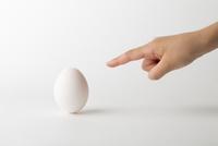 卵を指差す子供の手 10778000974| 写真素材・ストックフォト・画像・イラスト素材|アマナイメージズ