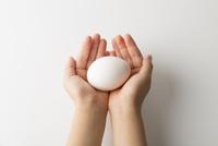 卵を持つ子供の手 10778000977| 写真素材・ストックフォト・画像・イラスト素材|アマナイメージズ