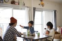 ダイニングテーブルでくつろぐ家族