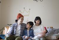 リビングのソファーに座ってくつろぐ家族 10778001165| 写真素材・ストックフォト・画像・イラスト素材|アマナイメージズ