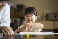 お絵描きをする女の子と父親 10778001225| 写真素材・ストックフォト・画像・イラスト素材|アマナイメージズ
