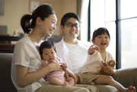 リビングくつろぐ家族 10778001238| 写真素材・ストックフォト・画像・イラスト素材|アマナイメージズ