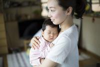 母親に抱かれて眠る赤ちゃん 10778001303| 写真素材・ストックフォト・画像・イラスト素材|アマナイメージズ
