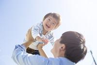 父親にたかいたかいをされる幼児
