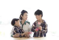 母親にカーネーションをプレゼントする兄弟 10778001930| 写真素材・ストックフォト・画像・イラスト素材|アマナイメージズ