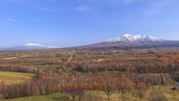 紅葉の丘に斜里岳と海別岳