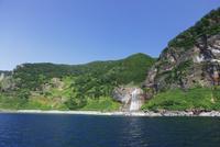 知床遊覧船より眺めるカムイワッカの滝