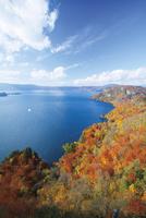 瞰湖台より望む紅葉の十和田湖 10790001288| 写真素材・ストックフォト・画像・イラスト素材|アマナイメージズ