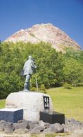 初夏の昭和新山と三松正夫像