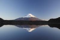 他手合浜から望む夕景の精進湖と富士山