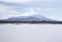 他手合浜から望む精進湖と富士山