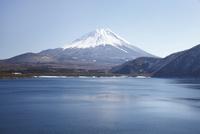 浩庵キャンプ場前より望む本栖湖と富士山