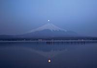 朝焼けの山中湖と富士山