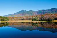 紅葉の知床二湖と知床連山