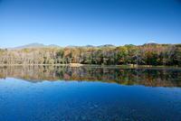 紅葉の知床三湖と知床連山 10790004898| 写真素材・ストックフォト・画像・イラスト素材|アマナイメージズ