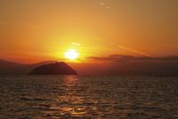 琵琶湖に浮かぶ竹生島 10790005494| 写真素材・ストックフォト・画像・イラスト素材|アマナイメージズ