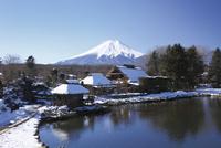雪の積もる忍野八海と富士