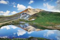 旭岳と空を映し出す姿見の池