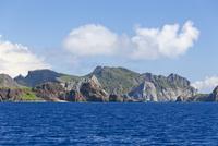 小笠原諸島にて海より望む父島沿岸