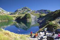 水面に空と山を映すみくりが池 10790008864| 写真素材・ストックフォト・画像・イラスト素材|アマナイメージズ