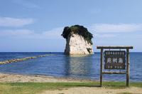 日本海に鎮座する見附島 10790008871| 写真素材・ストックフォト・画像・イラスト素材|アマナイメージズ