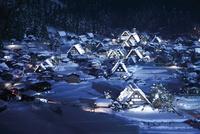 冬期夜間ライトアップされた白川郷 10790008914  写真素材・ストックフォト・画像・イラスト素材 アマナイメージズ