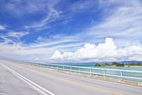 古宇利島に架かる古宇利大橋 10790010163| 写真素材・ストックフォト・画像・イラスト素材|アマナイメージズ
