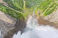 放水する黒部ダム