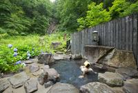 ランプの宿青荷温泉の滝見の湯の露天風呂 10790010463| 写真素材・ストックフォト・画像・イラスト素材|アマナイメージズ