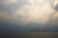 薄陽差し込む屋久島の島影