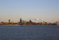 夕方の名古屋港の工場地帯