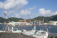対岸から眺める三菱重工株式会社長崎造船所 10790011211| 写真素材・ストックフォト・画像・イラスト素材|アマナイメージズ