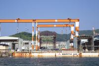 海上から眺める三菱重工株式会社長崎造船所 10790011502| 写真素材・ストックフォト・画像・イラスト素材|アマナイメージズ