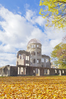 秋晴れの下の原爆ドーム