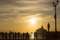 幣舞橋から夕日を眺める