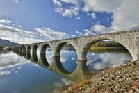 糠平湖にあるタウシュベツ川橋梁 10790011757| 写真素材・ストックフォト・画像・イラスト素材|アマナイメージズ
