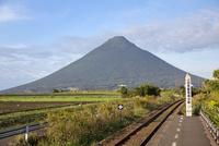 西大山駅より開聞岳を望む 10790011812| 写真素材・ストックフォト・画像・イラスト素材|アマナイメージズ