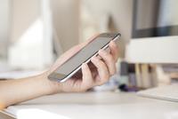 スマートフォンを使う男性 10798000235| 写真素材・ストックフォト・画像・イラスト素材|アマナイメージズ