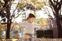 秋の公園で遊んでいる女の子 10798000266| 写真素材・ストックフォト・画像・イラスト素材|アマナイメージズ