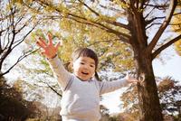 秋の公園で遊んでいる女の子 10798000270| 写真素材・ストックフォト・画像・イラスト素材|アマナイメージズ