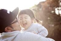 秋の公園で一緒に遊んでいる親子 10798000277| 写真素材・ストックフォト・画像・イラスト素材|アマナイメージズ