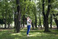 男の子を抱っこしながら森の中に佇む母親 10798000360| 写真素材・ストックフォト・画像・イラスト素材|アマナイメージズ